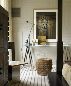 Love the light, the artwork and the stool. Thom Filicia design.