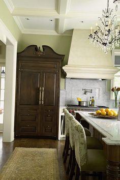 Старинный шкаф в стиле прованс