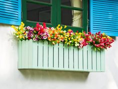 Window and Balcony Flower Box Ideas (PHOTOS) Flower box made to look like a picket fence overflowing with a variety of flowers and colours.Flower box made to look like a picket fence overflowing with a variety of flowers and colours. Balcony Flower Box, Window Box Flowers, Window Boxes, Flower Boxes, Flower Baskets, Balcony Garden, Patio Interior, Interior Exterior, Avas Flowers