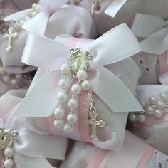 Wrap favors for baptism or First Communion in lace hankie and a rosary Baptism Party Favors, Christening Favors, Wedding Cake Boxes, Wedding Favours, Baptism Decorations, Wedding Decorations, Home Design Diy, Candle Wedding Centerpieces, First Communion Dresses