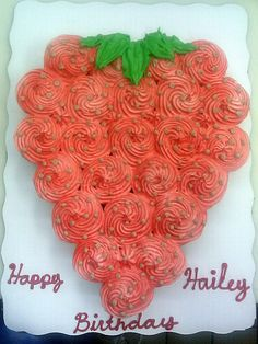 Strawberry-shaped cake from cupcakes Pull Apart Cupcake Cake, Pull Apart Cake, Cupcake Cakes, Strawberry Shortcake Party, Strawberry Cupcakes, Strawberry Birthday Cake, Strawberry Picking, Cupcake Birthday, Cakepops