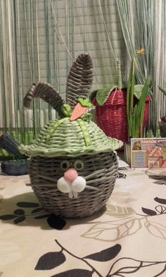 Newspaper Basket, Newspaper Crafts, Paper Basket Weaving, Sun Paper, Recycled Paper Crafts, Painted Wicker, Easter Crafts, Origami, Crafty