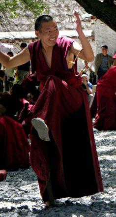 """A Debating Monk"" Sera Monastery - Tibet Gautama Buddha, Buddha Buddhism, Buddhist Monk, Tibetan Buddhism, Buddha Zen, Le Tibet, Vajrayana Buddhism, Black Planet, Oriental Fashion"