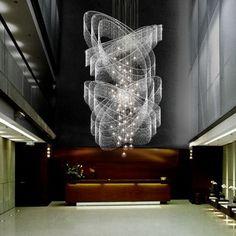 Lustres détaillées exquis qui ajoutent le grandglamour à votre décor  moderne.  Le Lustre SWARM des cristaux Swarovski noires par Zaha Hadid - Musée V&A,  Londres