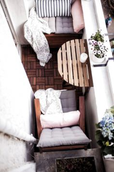 Our little mini-balcony: tips, set up, storage space- Unser kleiner Mini-Balkon: Tipps, einrichten, Staufläche I& got something on my mind: Maybe you remember how much I love small rooms. I just think it& incredibly cozy. Small Balcony Decor, Small Balcony Design, Tiny Balcony, Balcony Plants, Small Patio, Balcony Ideas, Small Balconies, Terrace Ideas, Garden Ideas