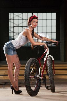 Love the classic pinup model with the new age fatty bike with fixed gear. Bmx Vintage, Mtb, Pinup, Velo Design, Electric Bike Kits, Push Bikes, Cycling Girls, Women's Cycling, Cycling Jerseys