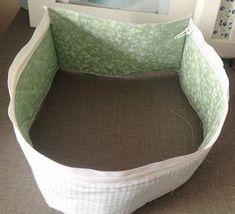 Passo a passo como fazer uma necessaire em forma de maleta de tecido com bolso interno e externo na cor verde e branca.