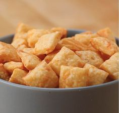 Homemade Cheese Crackers Children's Snacks To Pack For Traveling Cheese Cracker Recipe, Pizza Bites, Homemade Cheese, Homemade Breads, Crackers, Healthy Snacks, Healthy Recipes, Cooking Recipes, Pizza Recipes