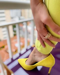 """Estilo da Flá on Instagram: """"Defina em uma palavra o que vem a sua mente ao ver um look com scarpin amarelo 🟡. Escreve para mim nos comentários que quero muito ouvir…"""""""
