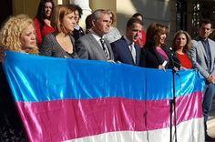 Mar Cambrollé: «Las mujeres transexuales somos también víctimas de la violencia machista». Málaga vuelve a ser ejemplo nacional un año más con la celebración del Día Internacional de la Memoria Trans, que ha reunido esta mañana a asociaciones y todos los partidos políticos en el Ayuntamiento. Iván Gelibter | Sur, 2016-11-17 http://www.diariosur.es/malaga-capital/201611/17/cambrolle-mujeres-transexuales-somos-20161117132121.html