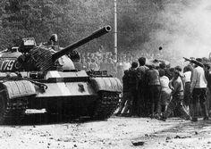 Až po několika desetiletích se někteří lidé odhodlali mluvit o utrpení, které zažili v roce 1968 ve svých rodinách, a o konkrétním průběhu tragických událostí, při nichž zahynuli jejich blízcí. Nyní příběhy obětí zpracovali autoři z Vojenského historického ústavu v publikaci Okupace 1968 a její… Prague Spring, Visit Prague, Tank I, East Germany, Political Events, Old Paintings, More Pictures, Historical Photos, Warfare