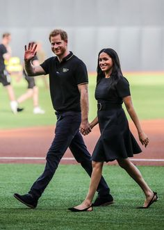 29 June 2019 - Harry and Meghan attend the game Boston Red Sox - New York Yankees at The Queen Elizabeth Olympic Park in London - dress by Stella McCartney Prinz Harry Meghan Markle, Harry And Megan Markle, Meghan Markle Prince Harry, Prince Harry And Megan, Harry And Meghan, Lady Diana, Royal Family Pictures, Sussex, Princess Meghan