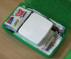 Use a plastic pencil box to store necessities in the car glove compartment