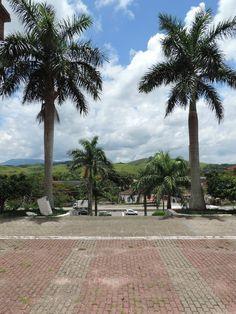 Boa Esperança de Rio Bonito-RJ - Visão parcial do distrito; pelo pátio de entrada da Igreja Matriz Nossa Senhora da Conceição.