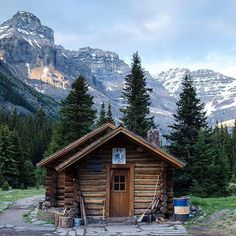 The Elizabeth Parker Hut in Yoho National Park sits in an alpine meadow just 500 metres from Lake O'Hara. A beautiful escape where you can immerse yourself in nature. (photo: @hannahkeiver via Instagram)