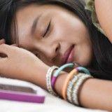 Les smartphones augmentent les troubles du sommeil. Astuces pour retrouver un sommeil réparateur rapidement.