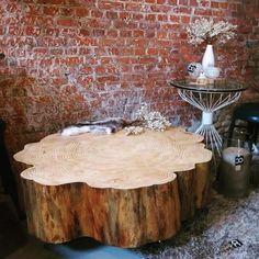 Binnenkijken bij creative_open -  De boomstamtafel op de foto is gemaakt van regionaal Abies hout en heeft een prachtige robuuste vorm. Iedereen vind wat anders mooi, daarom biedt Creative Open boomstamtafels op maat. De boomstamtafels zijn leuk voor in huis, maar zijn ook mogelijk op kantoor en in horecagelegenheid. Ben je op zoek naar een boomstamtafel die met kwaliteit is gemaakt, bezoek dan onze website eens.   Haal buiten naar binnen en heb jaren plezier van je duurzame houten tafel.