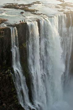LINDO LUGAR PARA SE VISITAR, MAIS NÃO PARA SE ARRISCAR COMO ELES RS.      Victoria Falls, Zimbabwe