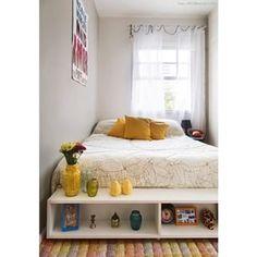 Use um aparador para criar um pé de cama/estante. | 15 ideias de decoração de quartos da vida real para você se inspirar