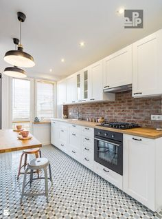 Cum sa amenajezi bucataria ca pe un loc primitor - imaginea 11 Basement Kitchen, Kitchen Flooring, Kitchen Cabinets, Beautiful Kitchen Designs, Beautiful Kitchens, Kitchen Room Design, Interior Design Kitchen, Small Modern Kitchens, Kitchen Lighting