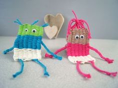 Children make - man and woman weave - with colored yarn and Wackelaugen Yarn Crafts, Diy And Crafts, Crafts For Kids, Arts And Crafts, Bird House Plans Free, Homemade Blankets, Weaving For Kids, Art Education Lessons, Weaving Projects