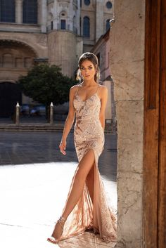 Prom Lyla - Rose Gold Pailletten Mesh Prom und Abendkleid What Women Want: Comfort Beneath Their Clo Gold Evening Dresses, Gold Prom Dresses, Prom Outfits, Ball Dresses, Bridesmaid Dress, Rose Gold Evening Gown, Junior Prom Dresses, Long Dresses, Vestido Rose Gold