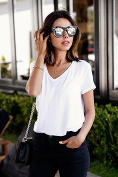 Filigrane Ketten kommen auf einem weißen Shirt gut zur Geltung