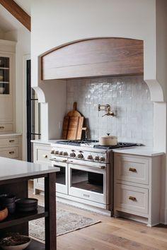 Kitchen Tiles, New Kitchen, Kitchen Decor, Kitchen Design, Stone Kitchen Backsplash, Kitchen Sofa, European Kitchens, European Home Decor, Kitchen Styling