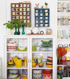vanhat astiat,kahvikuppi,värikäs,lasivitriini,vitriinikaappi Tablescapes, Home Kitchens, Liquor Cabinet, Home And Garden, Retro, Storage, Room Ideas, Collections, House