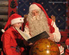 Papai Noel lendo um Mapa na sua oficina na Finlândia
