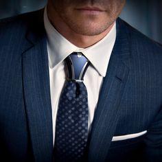 Accessoire de cravate design et moderne. Une alternative de charme au noeud de cravate windsor classic. costume et cravate bleu marine, chemise blanche. Chic et intemporel