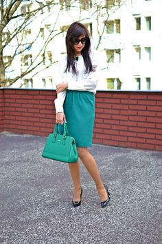DETAIL_Katharine-fashion is beautiful_Katarína Jakubčová_fashion blogger #green_skirt #outfit #ootd #outfitoftheday #lookoftheday #outfitpost #FashionBlog #Blogger #slovakfashionblog #whattowear #katharine #spring #outfit #business