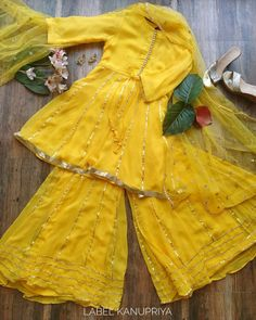 Pakistani Fashion Casual, Pakistani Dresses Casual, Indian Fashion Dresses, Pakistani Dress Design, Indian Designer Outfits, Simple Mehndi Dresses, Fashion Outfits, Stylish Dresses For Girls, Stylish Dress Designs