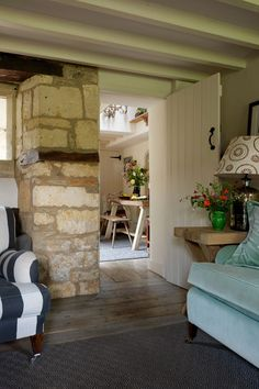 Needing a weekend escape from their busy lives and stressful careers in London, designer Caroline Holdaway and her photographer partner, Fatimah Namdar, relish the peace and quiet of their eighteenth-century cottage in the Cotswolds English Cottage Interiors, Rustic Home Interiors, Cotswold Cottage Interior, Cottage Living, Cottage Homes, Cottages Anglais, Cottage Shabby Chic, Cottage Farmhouse, Cosy Home