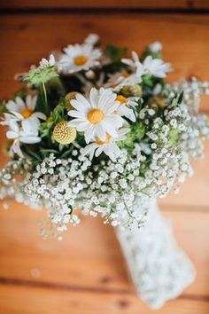 Brautstrauß gelb weiß - Lässige Gartenhochzeit mit Vintage Chic | Hochzeitsblog The Little Wedding Corner