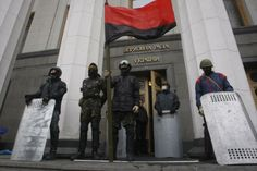 Anti-government protesters stand guard in front of the parliament building in Kiev on February 22, 2014. UPI/Ivan Vakolenko Ukrainian currency tanks on account of political turmoil http://www.upi.com/Business_News/2014/02/26/Ukrainian-currency-tanks-on-account-of-political-turmoil/2131393429457/?spt=sec&or=bn #ukraine #ucrania #Kiev