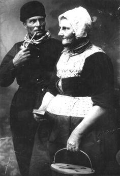Het laatste Schokker echtpaar Albert Goosem en Aaltje Keizer in klederdracht.