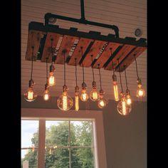 Genial für eine Kücheninsel oder auch über dem Esstisch: Eine Palette mit Vintage Glühbirnen.