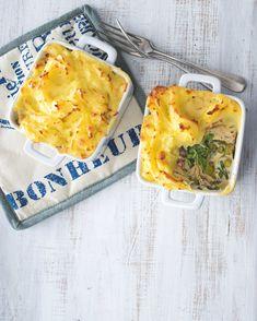 Krémové rybí ragú zapečené pod čepicí z bramborové kaše je britská klasika. Tohle je její expresní verze. Spanakopita, Camembert Cheese, Ethnic Recipes, Food, Essen, Meals, Yemek, Eten