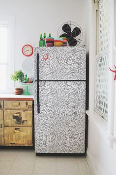 Looking for a temporary change or cost-effective way to cover up an ugly fridge? Removable peel-and-stick wallpaper could be the perfect solution! # DIY Home Decor rental Kitchen Inspiration: You Can Totally Wallpaper Your Fridge! Best Removable Wallpaper, Diy Wallpaper, Temporary Wallpaper, Wallpaper Samples, Wallpaper Quotes, Wallpaper Backgrounds, Iphone Wallpaper, Wallpapers, Diy Hacks