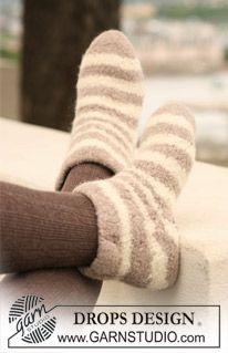 """Zebra Sock - DROPS felted slippers with stripe pattern in """"Eskimo"""". - Free pattern by DROPS Design Knitting Designs, Knitting Patterns Free, Free Knitting, Knitting Socks, Free Pattern, Crochet Patterns, Drops Design, Magazine Drops, Knitted Slippers"""