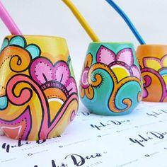 Risultati immagini per yuki deco Painted Clay Pots, Painted Flower Pots, Hand Painted, Ceramic Pottery, Ceramic Art, Pottery Painting Designs, Newspaper Crafts, Mosaic Diy, Posca
