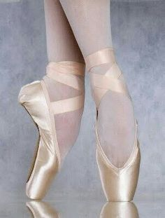 I wish I continued with ballet so I could be able to dance in these pretty pointe shoes Dancers Feet, Ballet Feet, Belly Dancers, Ballerina Shoes, Ballet Shoes, Dance Shoes, Dance Pants, Ballet Pictures, Dance Pictures