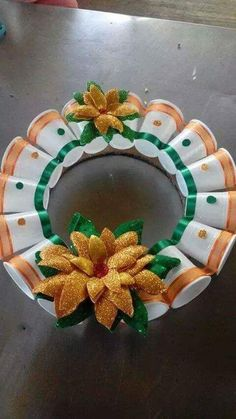 Crafts with recycled objects.Crafts with recycled glass bottles. Painted mandalas in recycled bottles. recycling cutleryCrafts with cutlery.CHRISTMAS MANUAL: STEP BY STEP HOW TO Handmade Christmas Crafts, Easy Christmas Ornaments, Christmas Arts And Crafts, Diy Arts And Crafts, Craft Stick Crafts, Simple Christmas, Holiday Crafts, Christmas Wreaths, Crafts For Kids