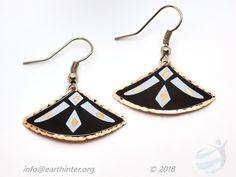 Earrings: Turkish designed, drop-style Dimension: x cm Weight: 3 g Shape: Fan Color: Black background, white & gold pattern, indented gold rim Materials: Hand painted copper Turkish Design, Gold Pattern, Copper Jewelry, Black Backgrounds, Arts And Crafts, Jewelry Design, White Gold, Hand Painted, Shapes