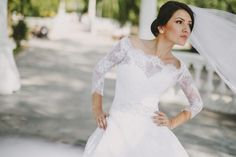 Bride with hands on hips Free Photo