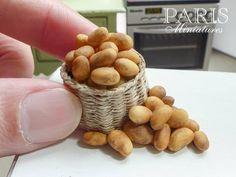Emmaflam & Miniman - Paris Miniatures Dried beans make wonderful miniatures potatoes, etc Miniature Kitchen, Miniature Food, Miniature Dolls, All The Small Things, Mini Things, Miniature Furniture, Doll Furniture, Polymer Clay Miniatures, Dollhouse Miniatures