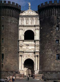 prawdopodobnie dzieło Laurany; wciśnięty między dwie baszty łuk tryumfalny Alfonsa I Aragońskiego w Neapolu