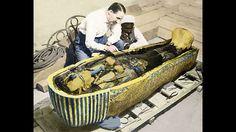 Der Fluch des Tutanchamun.Schon bald kamen Gerüchte über den Fluch des Tutanchamun auf, der die Männer dahingerafft haben soll. Nach einer weiteren Theorie soll Okkultist Aleister Crowley noch weitere schlimme Todesfälle ersonnen und heraufbeschworen haben, um die Störung der Mumienruhe zu rächen. Ist es nun also ein seltsamer Fluch oder einfach nur Pech? Das Grab und der Sarkophag wurden im Beisein von 58 Personen geöffnet - und die meisten von ihnen kamen unversehrt davon, so auch Carter…