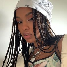 All styles of box braids to sublimate her hair afro On long box braids, everything is allowed! For fans of all kinds of buns, Afro braids in XXL bun bun work as well as the low glamorous bun Zoe Kravitz. Bob Box Braids Styles, Box Braids Styling, Braid Styles, Curly Hair Styles, Natural Hair Styles, Twist Styles, Box Braids Hairstyles, Girl Hairstyles, 1920s Hairstyles